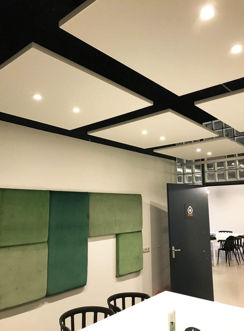 akoestisch plafondeiland kantoor ledverlichting