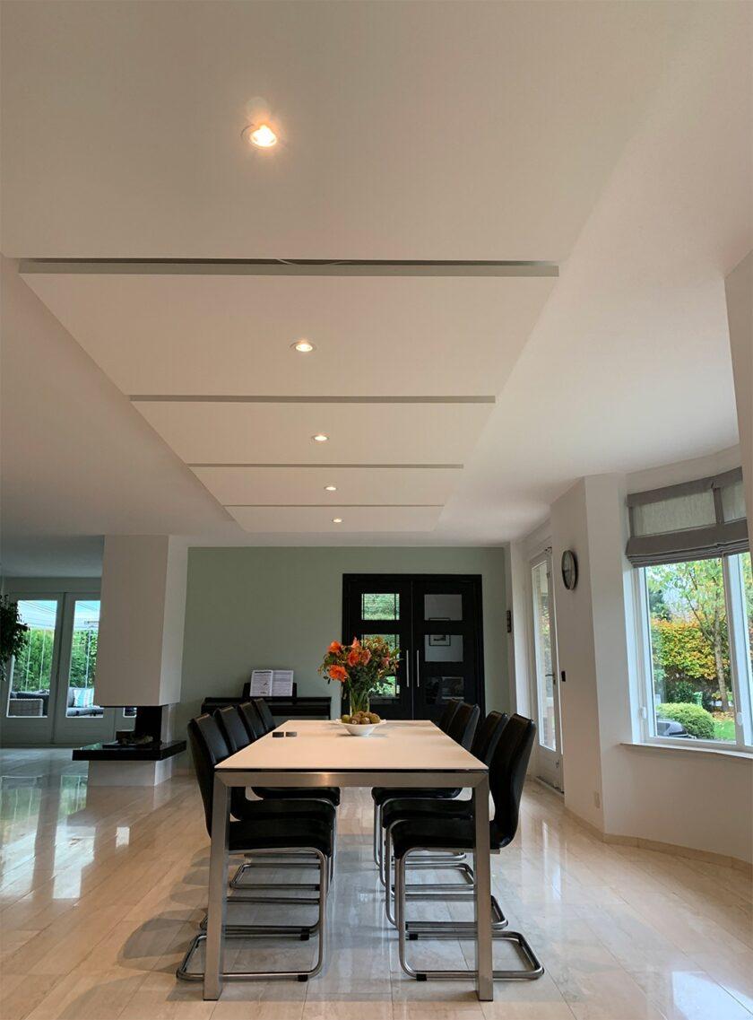 akoestisch plafondeiland kaderloos eettafel keuken woonkamer